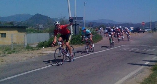 Pieter Willem leads Peter and the field in this Cardedu road cycling race